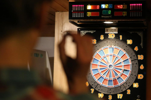 Play darts in a relaxed round